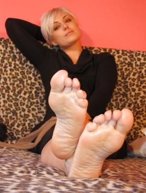 Sexy white women barefeet/wet/free